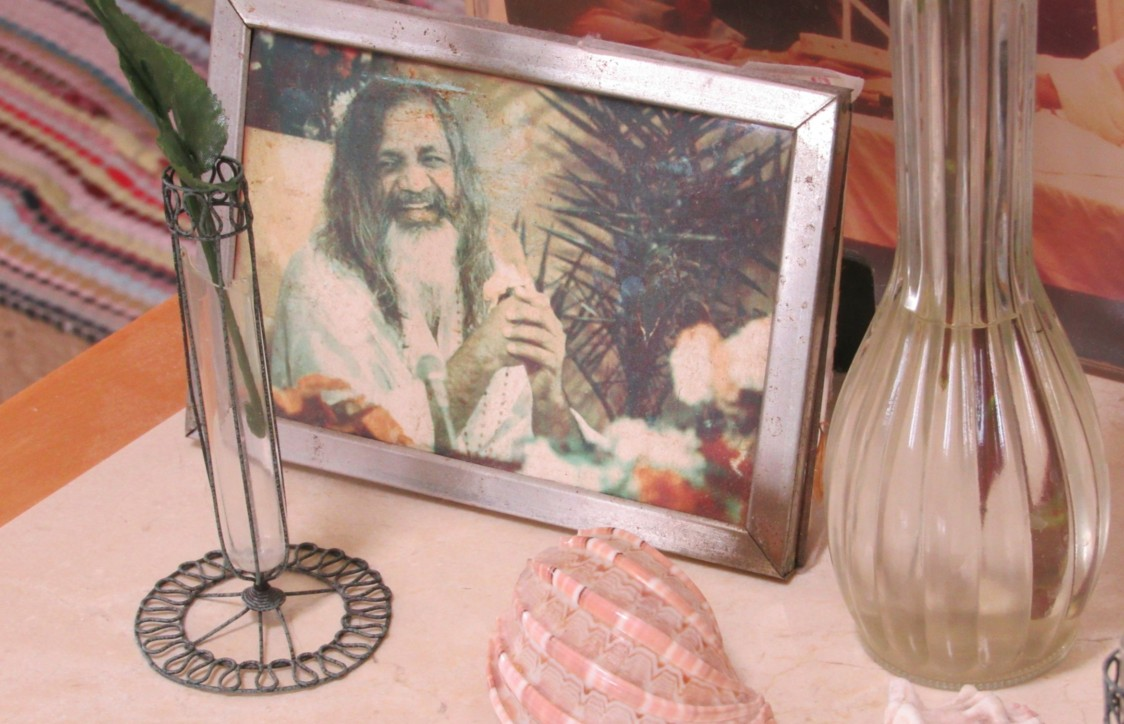 A photograph of Transcendental Meditation pioneer Maharishi Mahesh Yogi greets guests as they walk into Darr's home. Photo by Avery Gregurich.